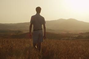 Homem andando sozinho no campo jpg