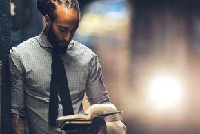 Homem lendo livro jpg jpg
